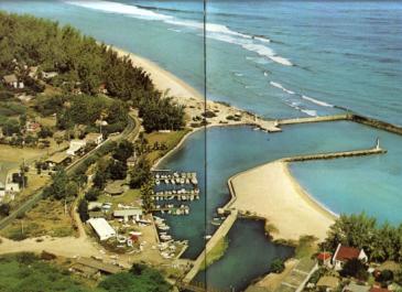 """Le port des Roches-Noires au tout début des années 60. Photo extraite du livre """"La Réunion"""" de Gabriel Hoarau, Éditions Delroisse, 1965."""