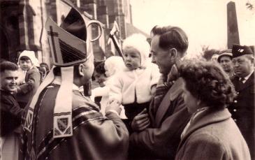Le petit André, béni par l'évêque de Strasbourg