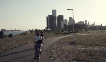 Detroit. Pédaler le long du riverfront, face au skyline de la ville