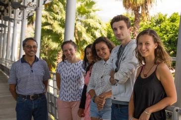Maximin Assoune, qui enseigne la méthodologie à l'école d'architecture de La Réunion, entouré de la première promo de Master.