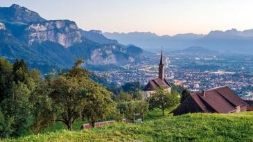 Si les territoires de La Réunion et du Vorarlberg sont tous les deux montagneux à 90 % les différences démographiques et économiques apparaissent vite.